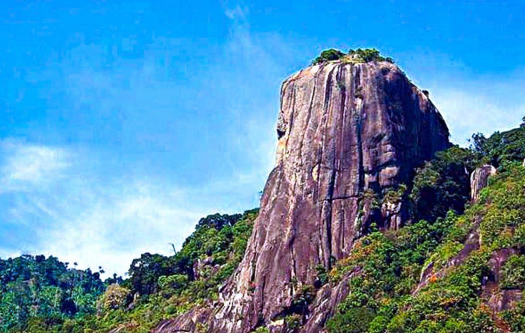 Montaña Batu Buau en la ISLA PULAU PEMANGGIL de Malasia
